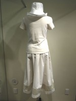 コーディネート つば広帽子&無地半袖Tシャツ Uネック&アールデコ ストライプロングスカート 背面画像