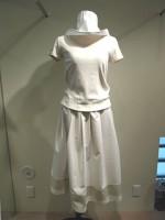 コーディネート つば広帽子&無地半袖Tシャツ Uネック&アールデコ ストライプロングスカート 正面画像