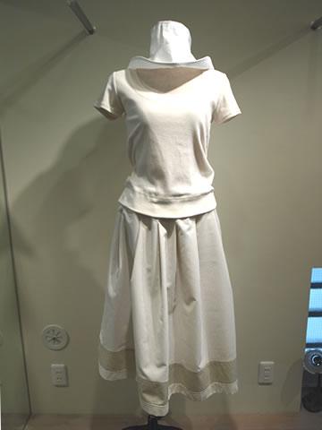つば広帽子&無地半袖Tシャツ Uネック&アールデコ ストライプロングスカート