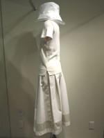 コーディネート つば広帽子&無地半袖Tシャツ Uネック&アールデコ ストライプロングスカート 側面画像