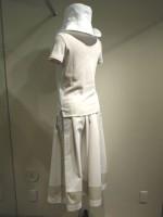 コーディネート つば広帽子&無地半袖Tシャツ Uネック&アールデコ ストライプロングスカート 背面斜画像